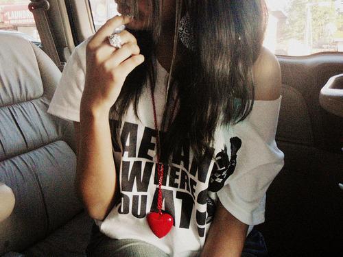 NUNCA corra atrás de um garoto,seja fofa, mas não grude, simpática mais não melosa,nunca seja direta demais, não fique com todos,se não quer ficar com aquele garoto simplesmente não fique, não fique linda pra ele,e sim pra você, tenha autoestima, jamais diga na frente de um garoto que está se sentindo feia ou gorda, mas não seja metida, seja engraçada,mas não deixe ele pensar que você é um dos amigos dele. Só diga eu te amo quandoele disser que já não vive sem você. Garotos gostam de desafios, aprenda,tudo que vem fácil vai fácil, não seja mais uma pra alguém, seja a garota que vale a pena. Pare de chorar por aquele garoto que não te quis, entre no jogo dele, eu te garanto, pode ser bem divertido.