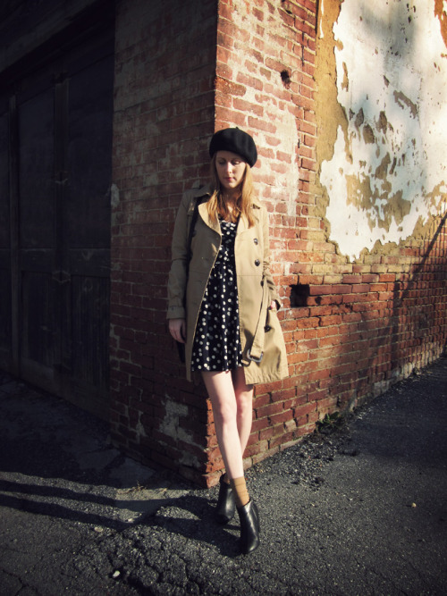 Jennifer of Sally Jane Vintage took advantage of the warm weather with a tailored trench and the Twinkling Today Dress.