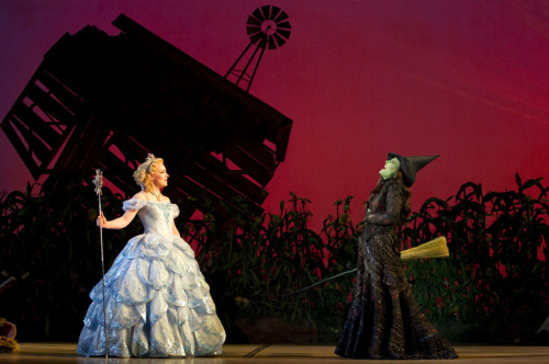 wickedinpix:  Natalie Daradich (Glinda) and Anne Brummel (Elphaba) in the Second National Tour.