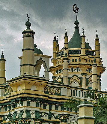 subhanallah:  The Abdul Gafoor Mosque has 25 rays all-together, decorated with Arabic calligraphy. Little India, Singapore.