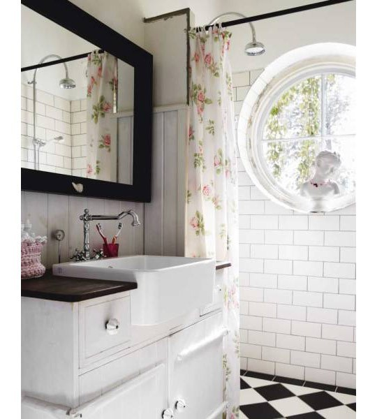 thedecorista:  loving this bathroom style…very girlie.