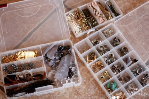inherstilettos:  How to organize your jewelry when traveling for under $10.