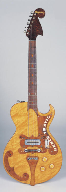 Bigsby Merle Travis 1948 1954, a guitar maker whose name starts with a F unveils what is probably the most recognizable guitar in history. That guitar had a very, very similar headstock shape to this 1948 Bigsby Merle Travis, released 6 years earlier. Paul Bigsby definitely brought much more to the guitar world than his world famous vibrato. So… guessed who I'm talking about?