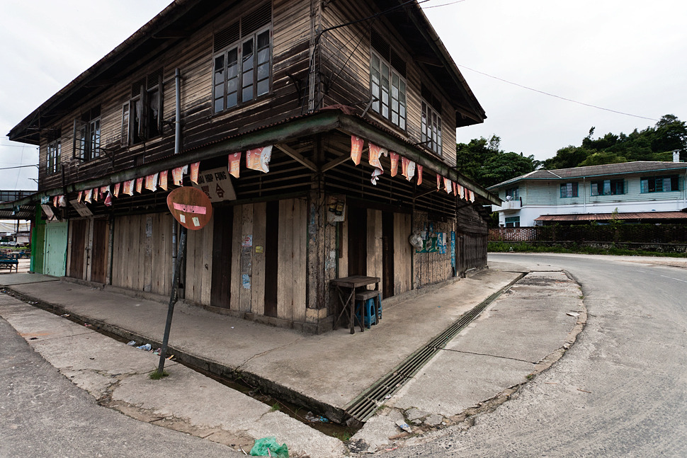 yabukitaro:  British Colonial Shoplots still exist some places in North Borneo (East Malaysia Sabah) especially in Sandakan Town.