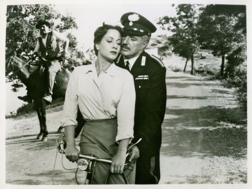 Marisa Merlini and Vittorio De Sica ride a bike. Intensamente.