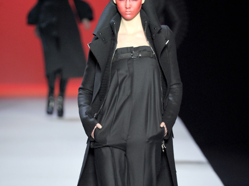 Viktor & Rolf  AW 2011. That make up made me laugh, which is a good thing. Maybe it's time to use up my red make up that I bought 5 years.