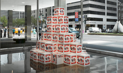 NOT WARHOL (BRILLO BOXES. 1964) 2005 Mike Bildo | EEUU | 2005 32 1/8  x 38 3/8in | Óleo sobre lienzo Lever House, Nueva York