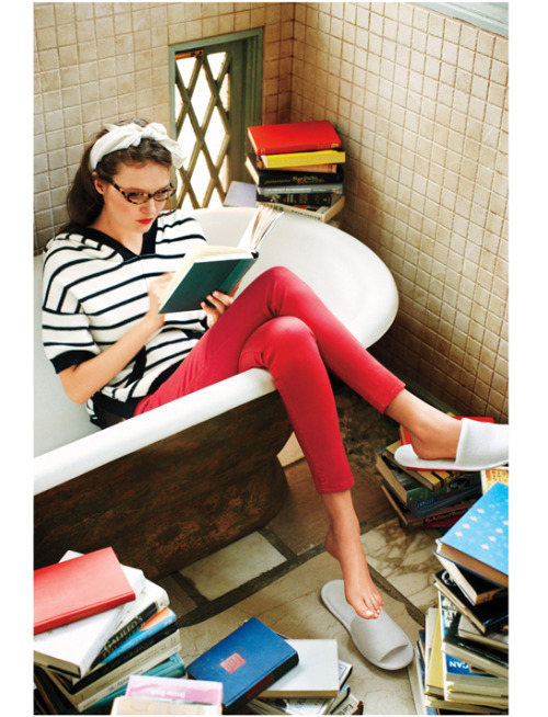 katespadeny:  thecollegeprepster:  I wish I could hide in a bathtub and read all day. luckymag:  the Good Life, April 2011    we use tubs for christmas trees at the holidays…perhaps now a library in the spring? thoughts? done.
