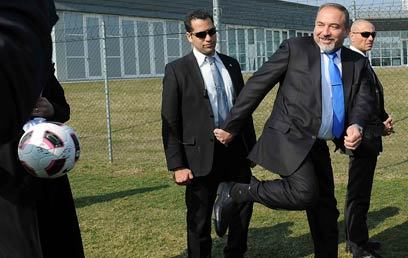The look on FM Avigdor Lieberman's body guard is priceless!