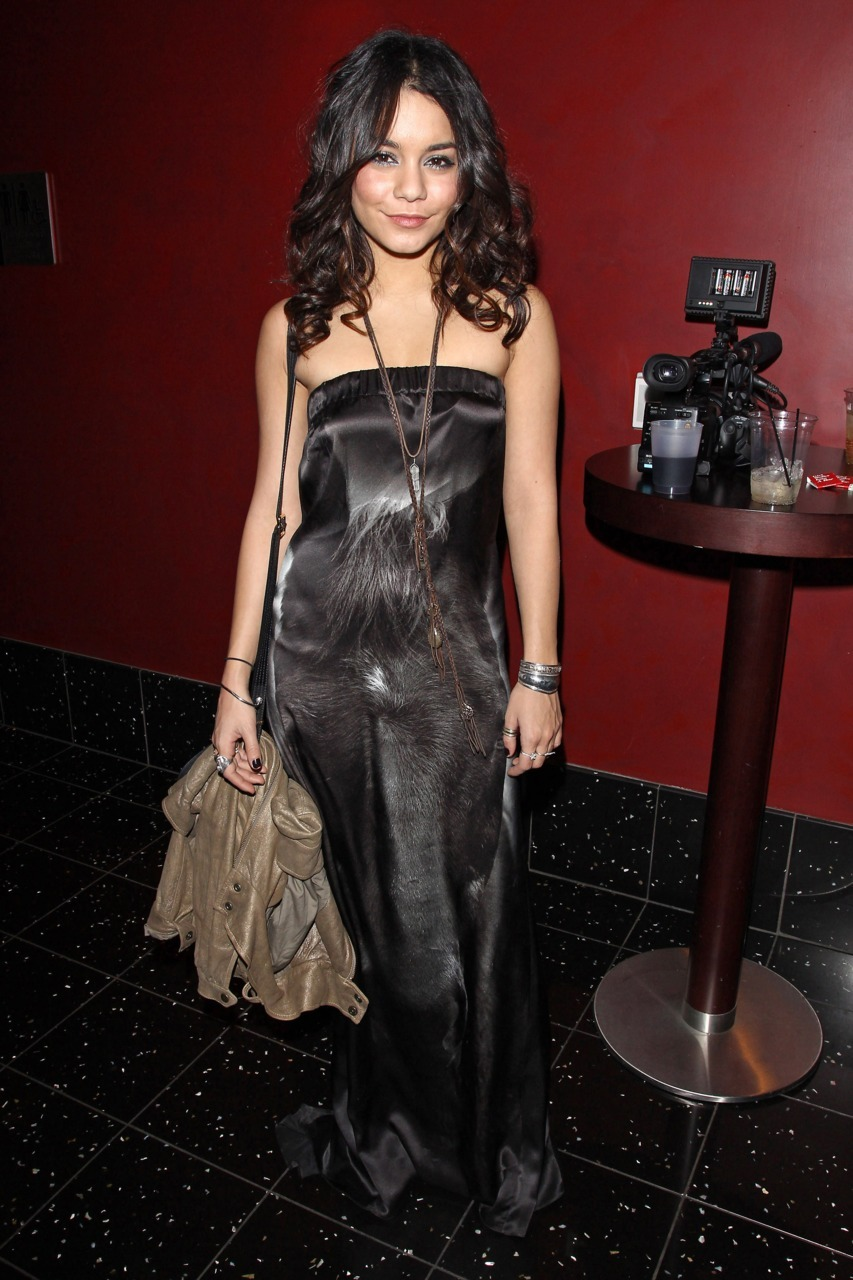 Vanessa Hudgens  'Girl Walks Into A Bar' Premiere in Los Angeles - March 7, 2011