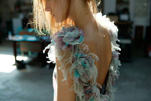 The soft feathers that make the straps.