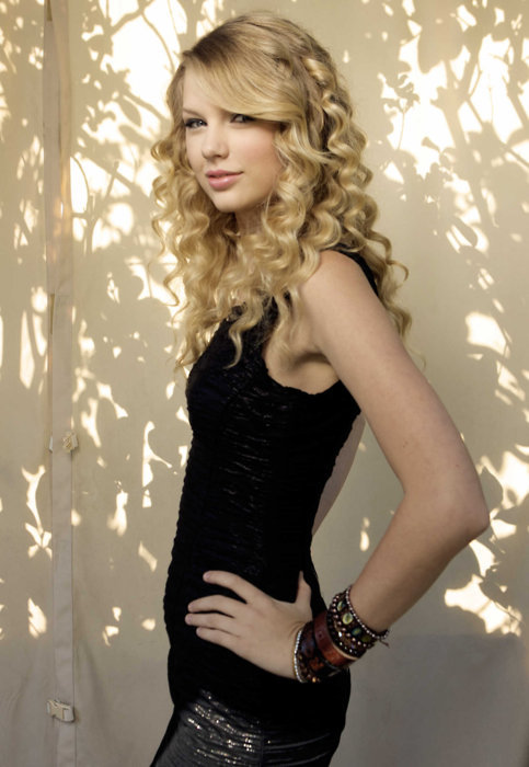 Taylor Swift / 5'11 / approx. 120-130lbs / 16.7-18.1 BMI / Underweight