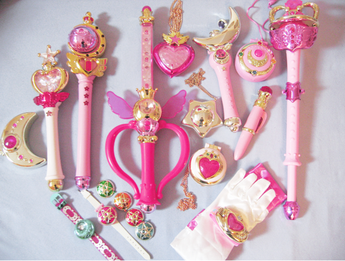 OMG Sailor moon accessories!!!! I wish I had all these when I was little! I only have the moon locket in the upper right corner!