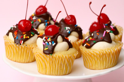 kitchenelves:  Banana Split Cupcakes