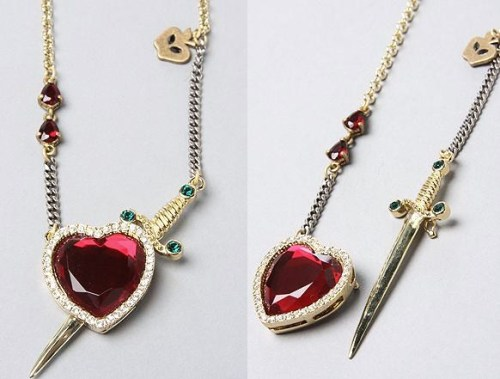 Wow! How perfect & morbid is this Snow White inspired necklace? kateordie:  Oh my yes