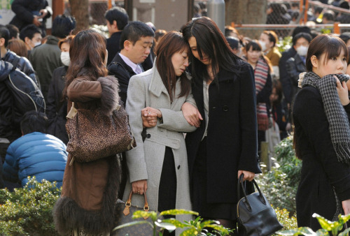Evacuees stand around Shinjuku Central Park in Tokyo Japan March 11, 2011. (REUTERS/KYODO) por italo_pol