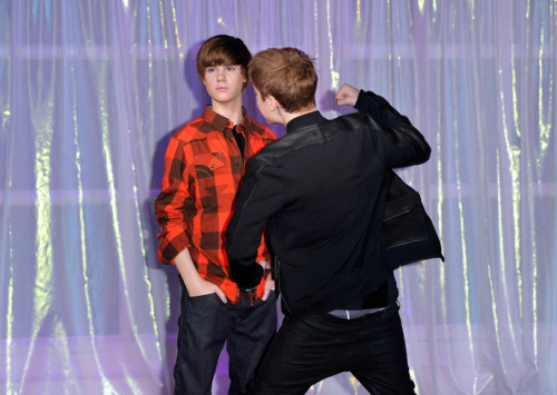 Justin Bieber Unveils His Waxwork at Madame Tussauds, Gets Confused, Attemps to Fight It? via ONTD, Zimbio