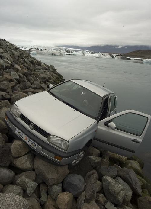 Jökulsárlón glacier lagoon like you've never seen it before This car is only a meter away from being swept away by the powerful Jökulsá glacier river and being swept out into the Atlantic. Be careful when driving in Iceland, we have some of the best nature in the world, but our roads are no autobahns. Check out the Icelandic Search and Rescue's tips on safe travel in Iceland. Photo by Gummi Stóri.