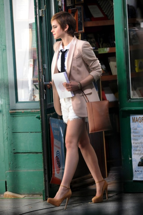caughtunawares:  sweetchariotoffire:  Emma Watson  I want a pair of nude heeeeeels -overly whiny voice- I think it's the first thing I'm going to buy for school.