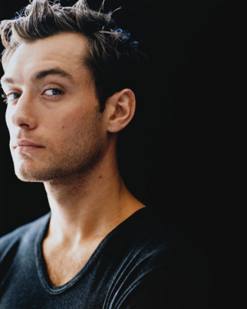 starlight-shinebright:  Jude Law  sooo cute.