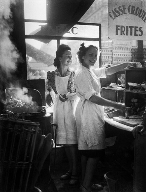 regardintemporel: 1946 Willy Ronis ~ Marchandes de frites