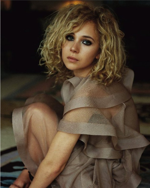 "Juno Temple could be joining The Dark Knight Rises British actress Juno Temple is in talks to join The Dark Knight Rises, according to a report by Variety (via The Playlist).Variety also confirmed that Joseph Gordon-Levitt is 100% officially signed on for Christopher Nolan's threequel (this seemed pretty much certain anyway, but it's nice to have it in writing).There's not much info on Temple's character yet, only that she'll be playing ""a street-smart Gotham girl."" This is bound to cause intense fanboy speculation: could she be linked to Anne Hathaway's Selina Kyle?She does have the kind of quirky looks that would be ideal for Harley Quinn too, so don't expect that to go unmentioned."