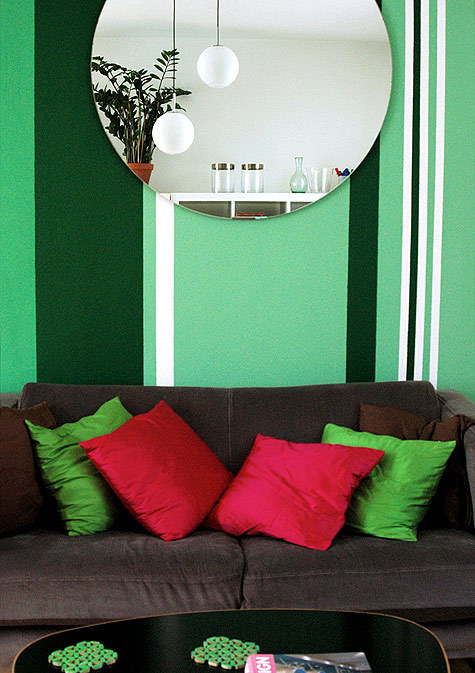 I do not like the stripy wall, or the cushions, but I really like this mirror, the pendant lamps, and the big plant in the terracotta pot.