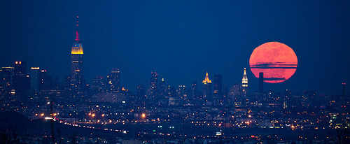 kenyatta:  Super moonrise over NYC (by bg2b)  sweeeet supermoooon