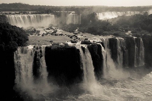 black-and-white:  Cataratas do Iguaçu (by chughtai)