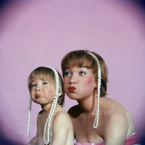 Shirley Maclaine with her daughter Sachi, 1959photographer unknown