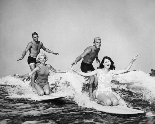 (via FOR 15 MINUTES OF LOVE: Hello) surfing in California in the late sixties. Photo: laif - PHOTO: / LAIF