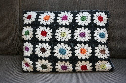 daintyloops:  crochet cushion (by Renama)