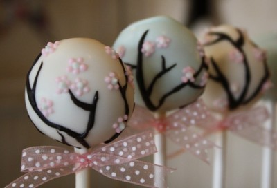 favorcraver:  The fine detail on these cherry blossom cake pops is just exquisite.
