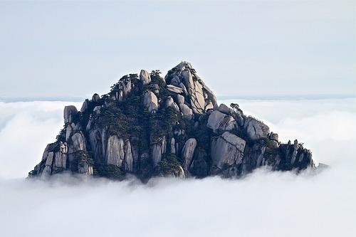 ruineshumaines:  Mt. HuangShan黄山 Peaking out of the clouds… (by ming1967)  Nostalgia.. I miss this place so much! Need to return when there's less snow..