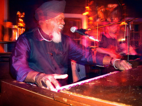 New York based organist and pianist Dr. Lonnie Smith (b. 1942), who converted into Sikhism in the mid 1970s. Here, Lonnie rocks the piano while sporting a matching navy blue turban and silk kurta, with his kara, necklace, and bracelets on his right arm. (taken from: http://www.flickr.com/people/jlil/)