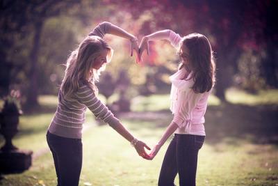 Só não vale trocar aquele que esteve contigo nos momentos cruciais da  sua vida por alguém que você acha que vai amar para sempre, e que é a  razão da sua existência. A amizade é a principal razão.