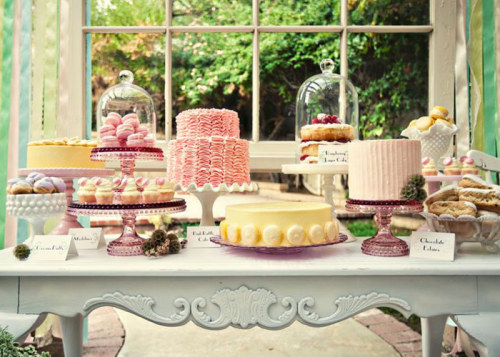 OH LOOK AT THE PRETTY CAKE STANDS!! Absolutely would love to have this table setting on my wedding next time. So pretty! Credits: Bakerella