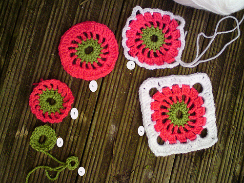 "cajunmama:  Circle in a Square - tutorial (by Pink Pink) ""   Circle in a Square - tutorial I am doing a baby blanket, for a baby girl. I found this lovely pattern on the book: 200 Crochet Blocks (the text is not the same as the book): 1- chain 8 and join in a circle2- chain 3; 15 TR (total: 16 tr)3- change color - chain 5, 1 TR 2 chain, on each previous tr (total: 16 tr)4- sl stitch to 2 chain space: 3 chain,1 tr, 1 chain, 2 TR 1 chain on each following 2 chain space5 - change color: join on 1 chain space: 1 dc, 3 chain and more 2x; **1 dc 6 chain, 1 dc 3 chain 3x - repeat ** till end;6- sl stitch to 3 chain space: 3 chain, 2 TR, (repeat 2x), **5TR, 2ch, 5TR on 6 chain space, 3TR (repeat 2x) - do ** till end.Enjoy"""
