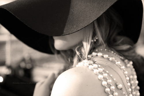 vogueandcoffee:  Hat and pearls.
