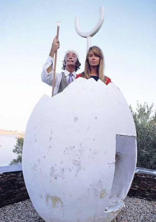 Salvador Dali and Françoise Hardy in Cadaques.You can visit this beautiful house, Porligat.Love-Spain