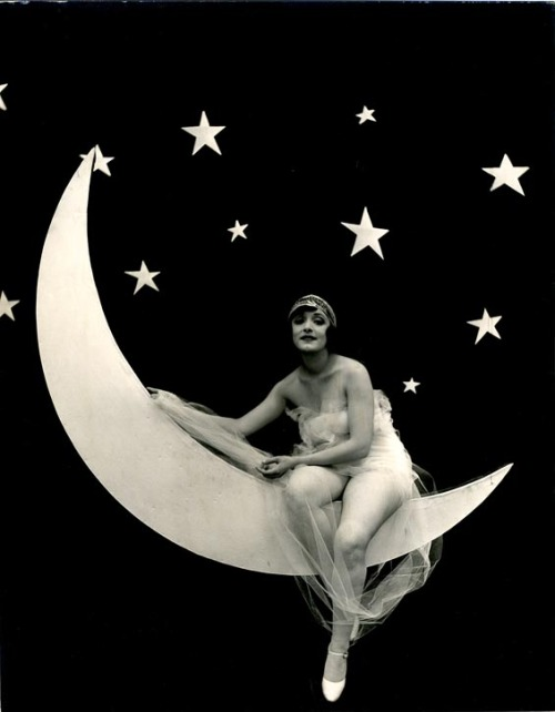 vintagegal:  1920's model on a paper moon photographer: unknown