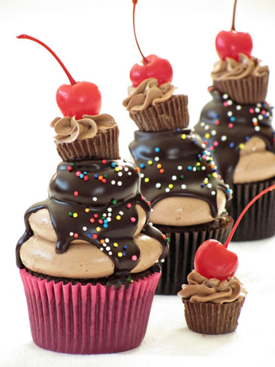 baking-love:  Peanut Butter and Chocolate Cupcake Surprise