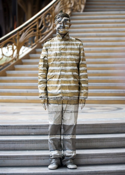 msnbc:  Chinese artist Liu Bolin stands at the Grand Palais in Paris on Friday, April 1. Bolin, from Shandong, China, manages to camouflage himself in any surroundings, no matter how difficult they might be. Standing silently in front of his chosen scene, in locations all around the world, the 37-year-old artist uses himself as a blank canvas. (Bertrand Langlois / AFP - Getty Images)  What a cool dude.   mest populære destinationer fra kastrup - mest populære destinationer fra kastrup ungjob århus - ungjob århus sælger søger job - sælger søger job