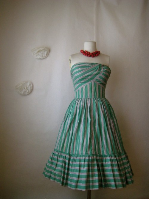 This dress has honeymoon written all over it! (via)