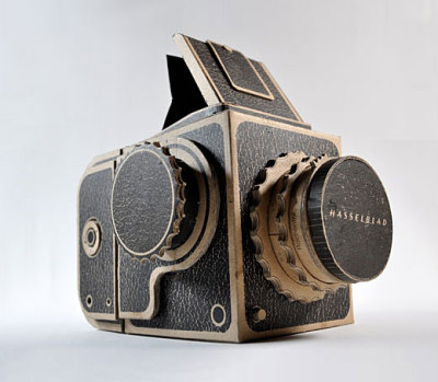 lazybearkhoa:  Pinhole Hasselblad by Kelly Angood. Screen-printed corrugated cardboard Hasselblad designed to function as a pinhole camera and accept 120 film. There's a video of it being made on the site too!   Want.