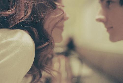 Eu tenho um milhão de motivos pra fugir de pensar em você, mas em todos esses lugares você vai comigo. Você segura na minha mão na hora de atravessar a rua, você me olha triste quando eu olho para o celular pela milésima vez, você sente orgulho de mim quando eu solto uma gargalhada e você vira o rosto se algum homem vem falar comigo. Você prefere não ver, mas eu vejo você o tempo todo.  (Tati Bernardi)
