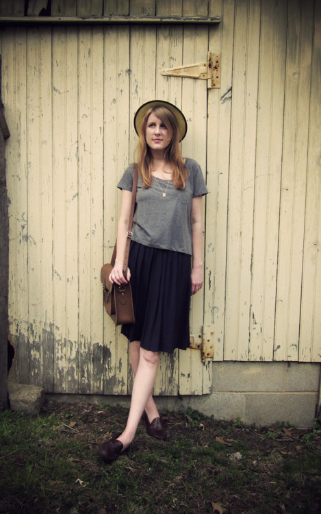 Jennifer of Sally Jane Vintage demonstrates basics can be casual yet chic in a 50's pleated skirt and the Upwardly Mobile Satchel in Cambridge.