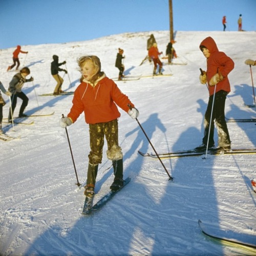Children skiing in Reykjavík 1974. This ski hill, Ártúnsbrekka, is right by my house. It's tiny, but great fun when you are 10.