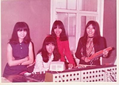 DARA PUSPITA in CBS Studio, London, 1969. L-R: Susy, Takki, Tikki & Leese. In the middle of recording their single Ba Da Da Dum/Dream Stealer. // Photo: Handiyanto (via el_yucatan on Last.fm)
