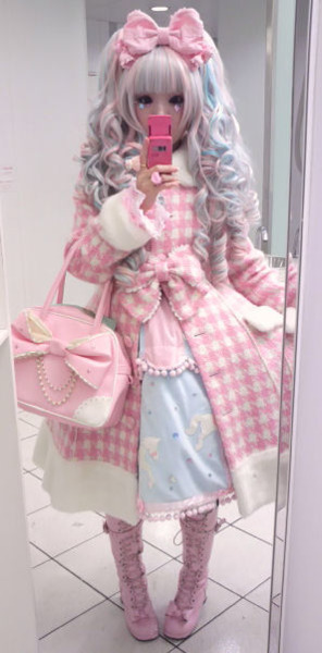 This is so flipping cute. I'm just discovering this lolita thing and it looks so fun.